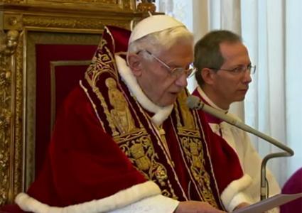 Il momento in cui Benedetto XVI annuncia di voler lasciare il pontificato
