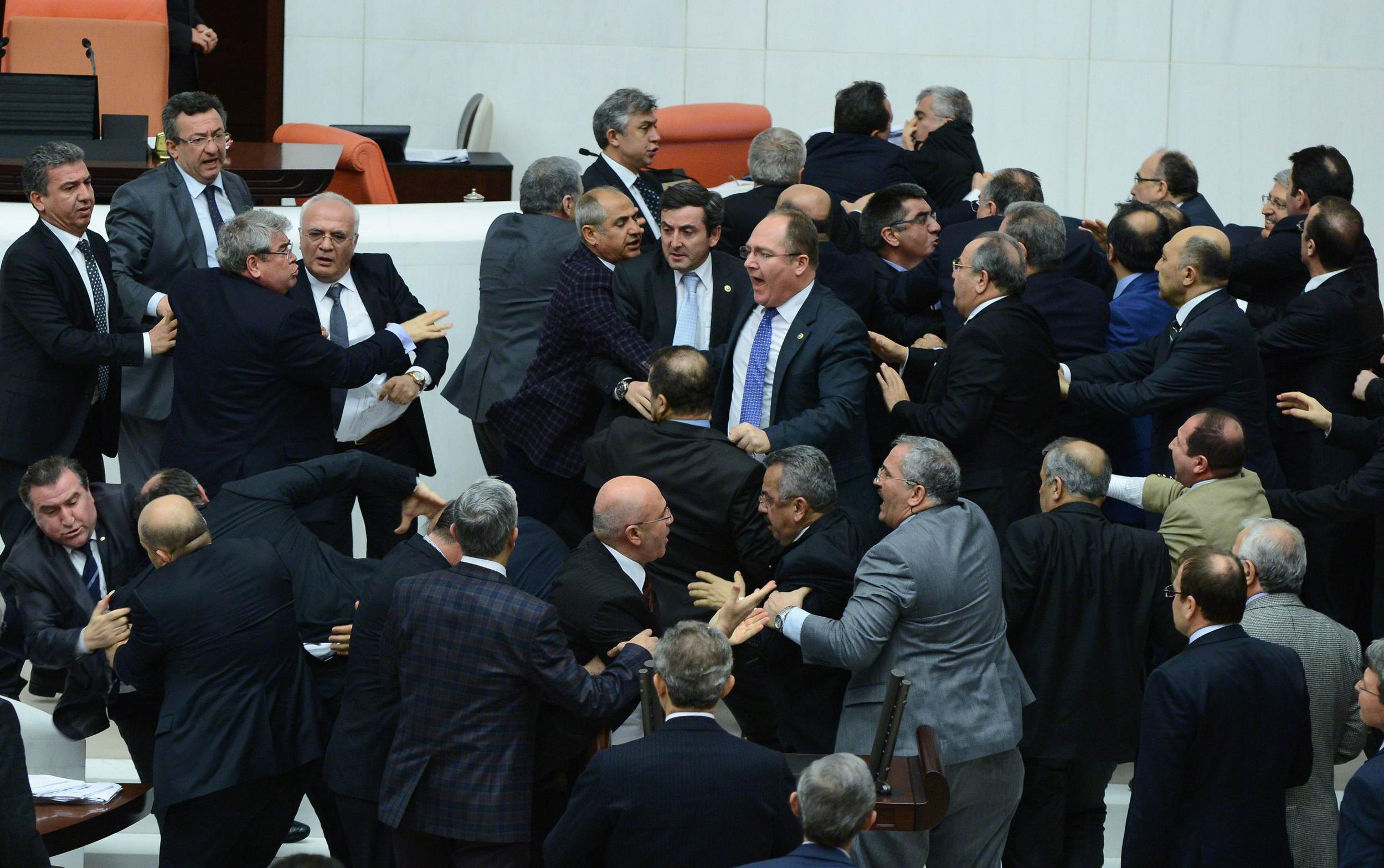 Turchia pugni e botte in parlamento photogallery rai news for Parlamento rai