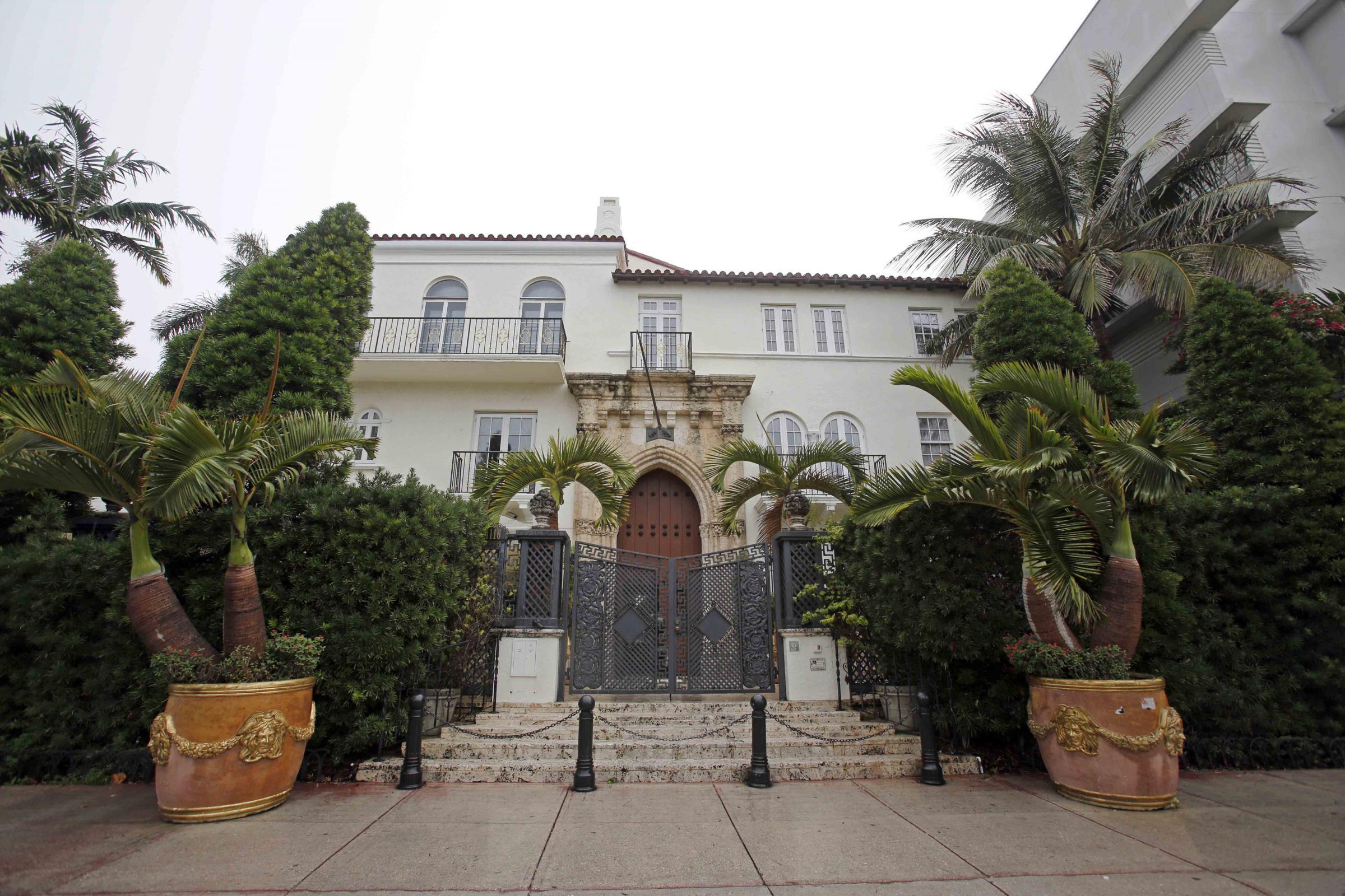 I beckham comprano casa casuarina la villa dove fu ucciso for Gianni versace home