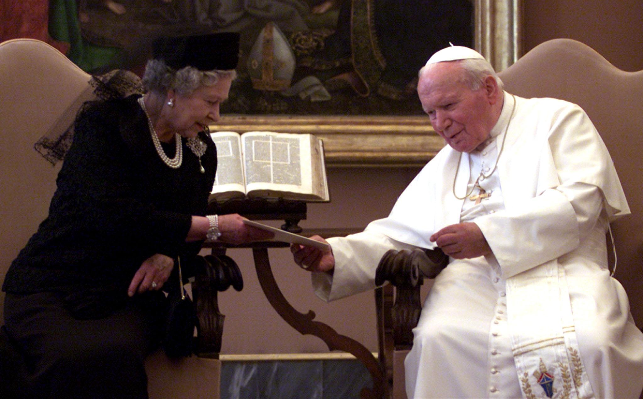 La Regina Elisabetta Ii E I Papi Photogallery Rai News