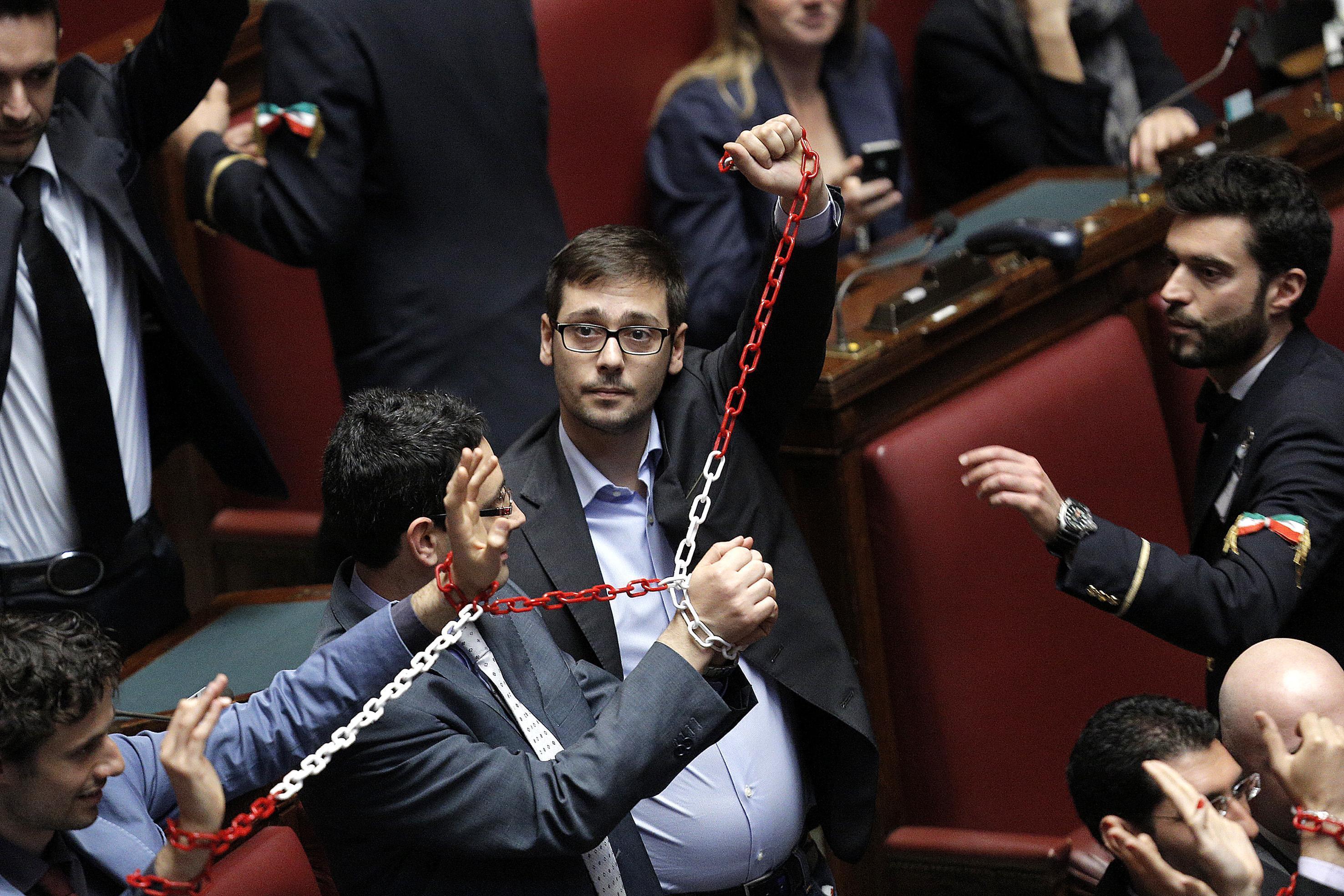 M5s in catene in aula contro il decreto legge lavoro che for Camera deputati live