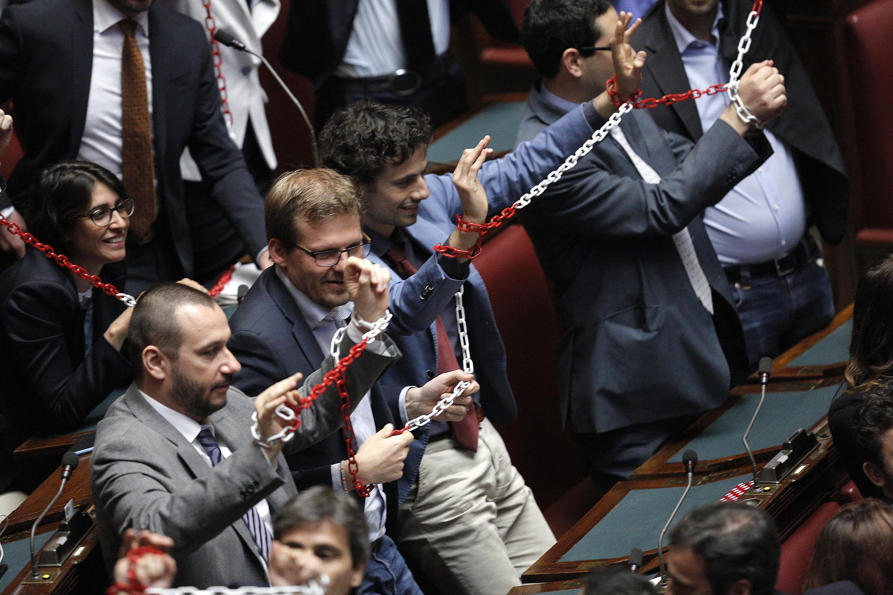 M5s in catene in aula contro il decreto legge lavoro che for Tv camera deputati