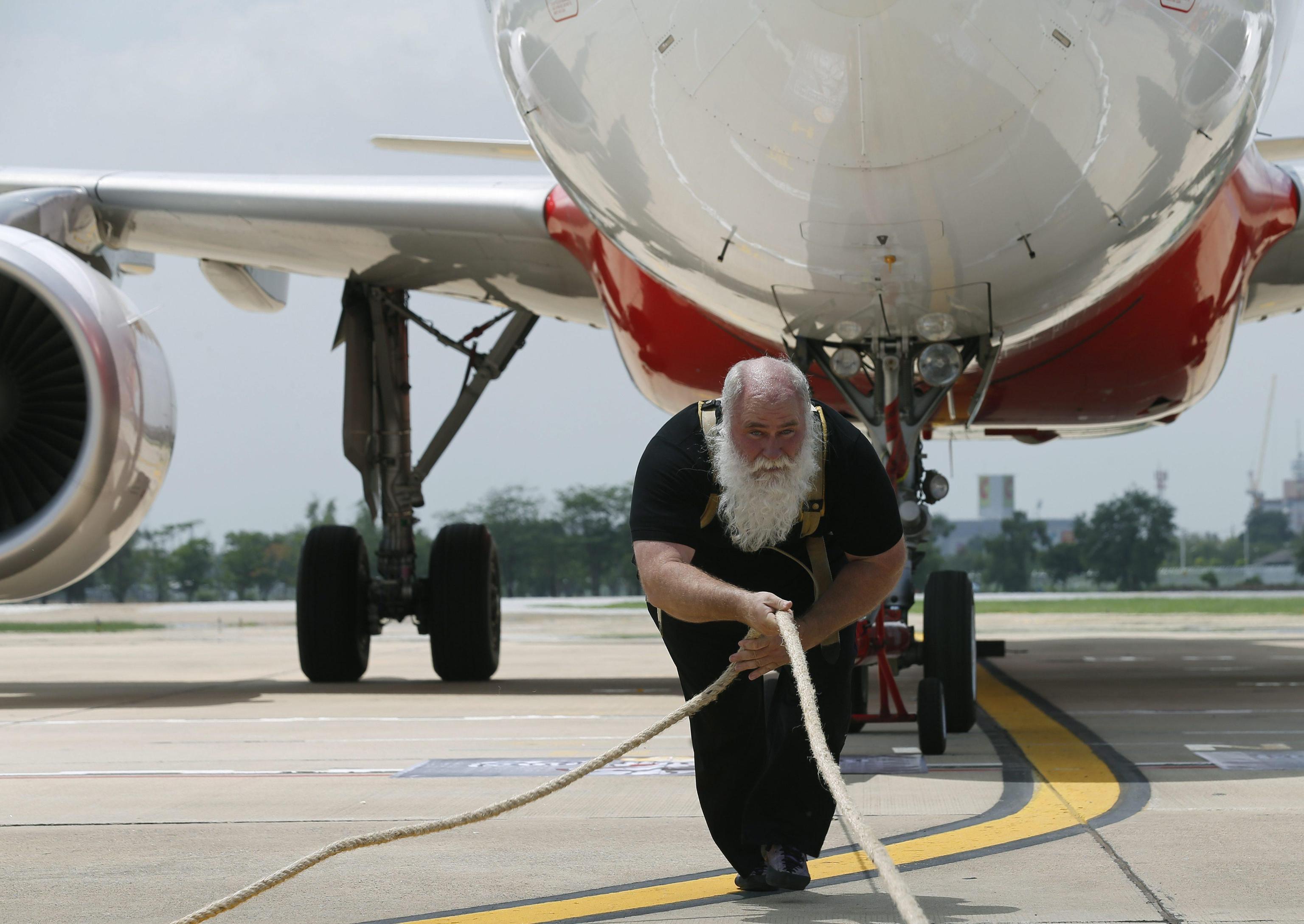 Aereo Da Caccia Piu Forte Del Mondo : L uomo più forte del mondo alle prese con un airbus da