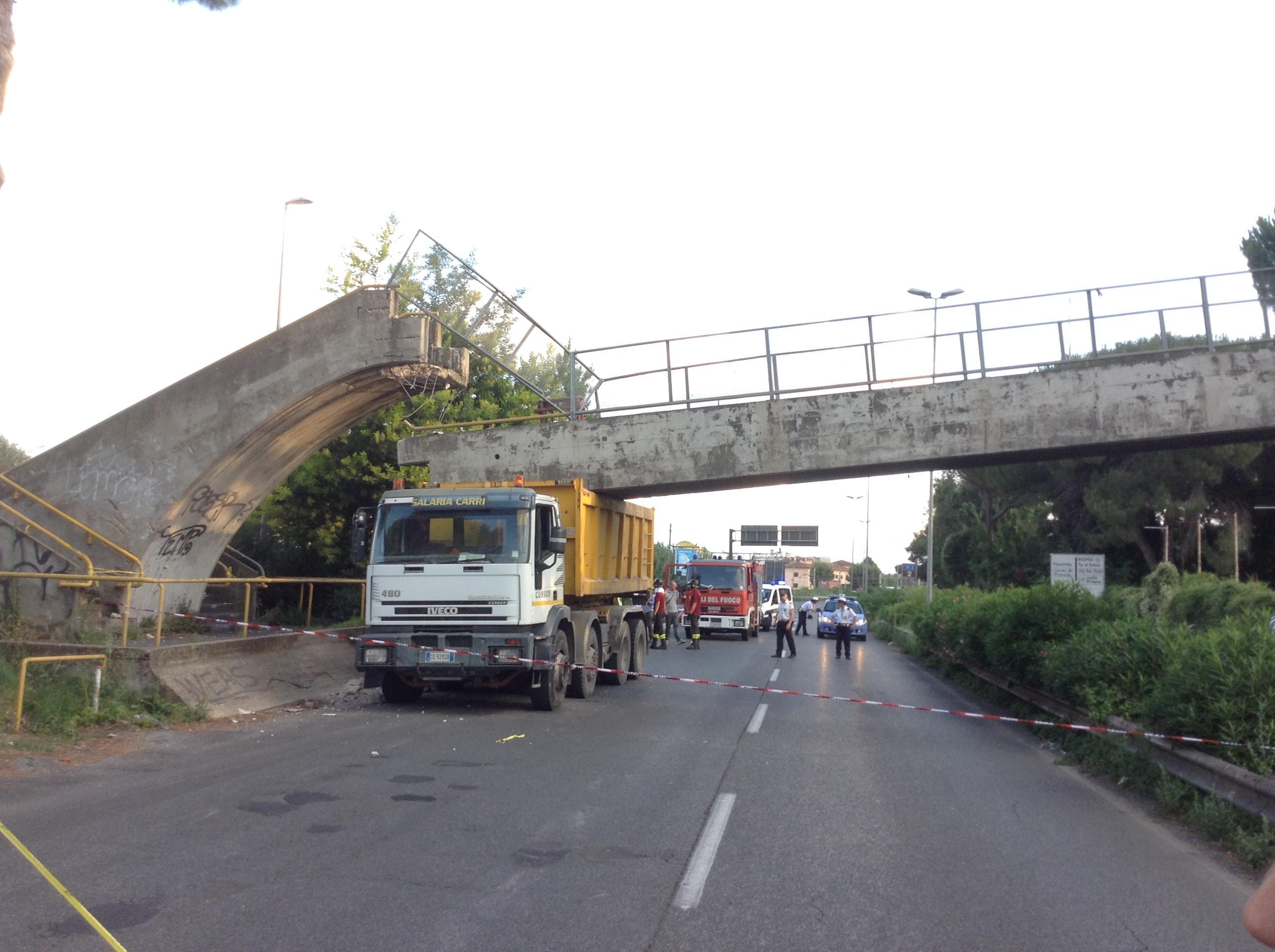 Roma le immagini del ponte abbattuto da un camion sulla for Ponte sopra i disegni del garage
