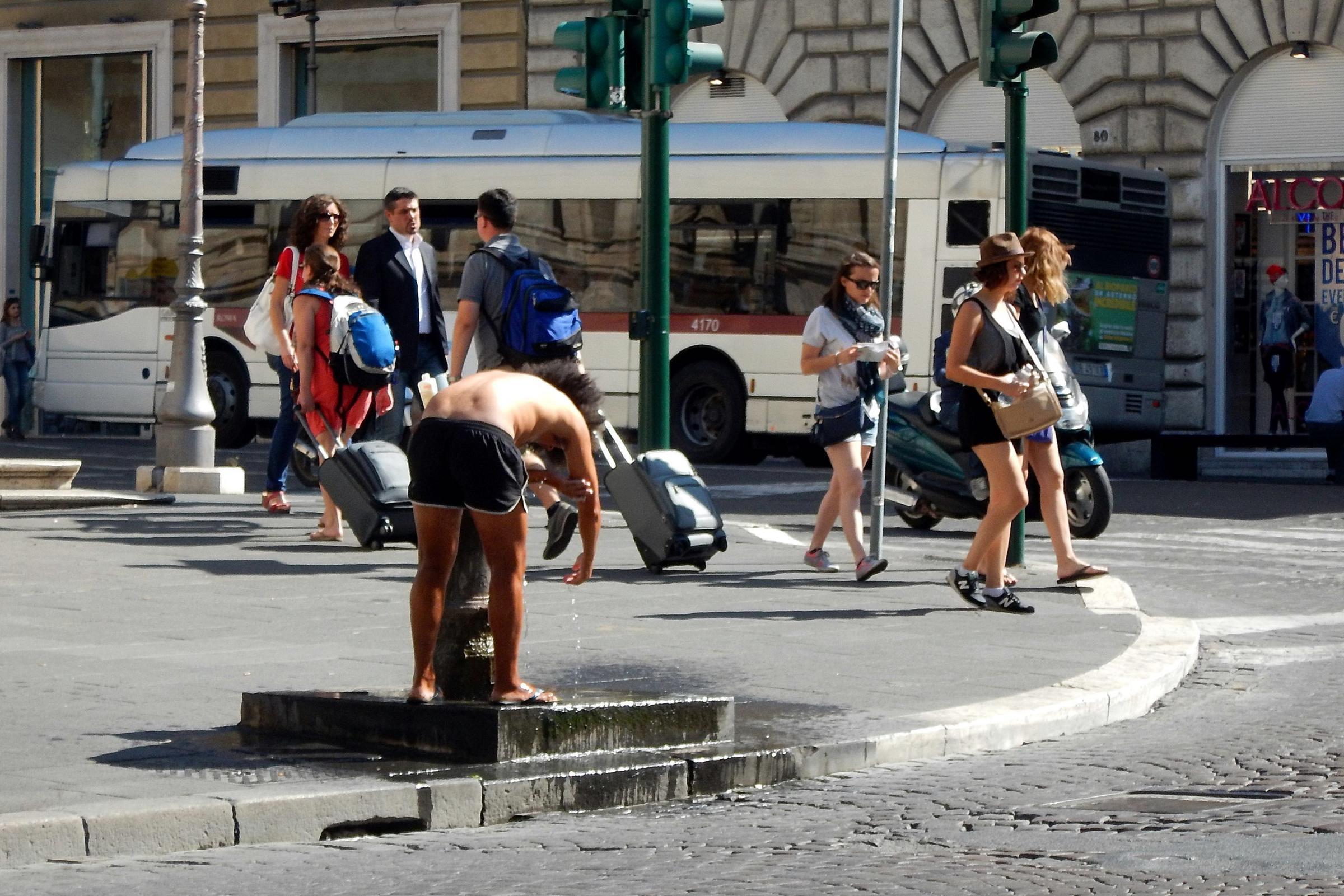 Roma un bagno a 39 cielo aperto 39 davanti al palazzo delle for Palazzo delle esposizioni via nazionale roma