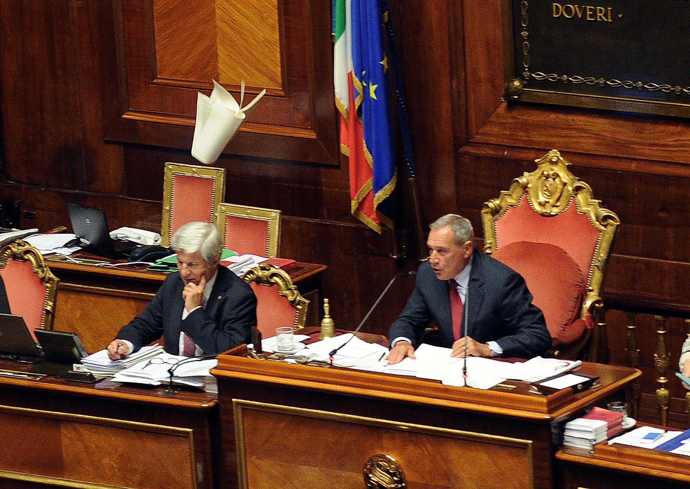 Caos jobs act in senato dopo le monetine volano le carte for Calendario lavori senato approvazione