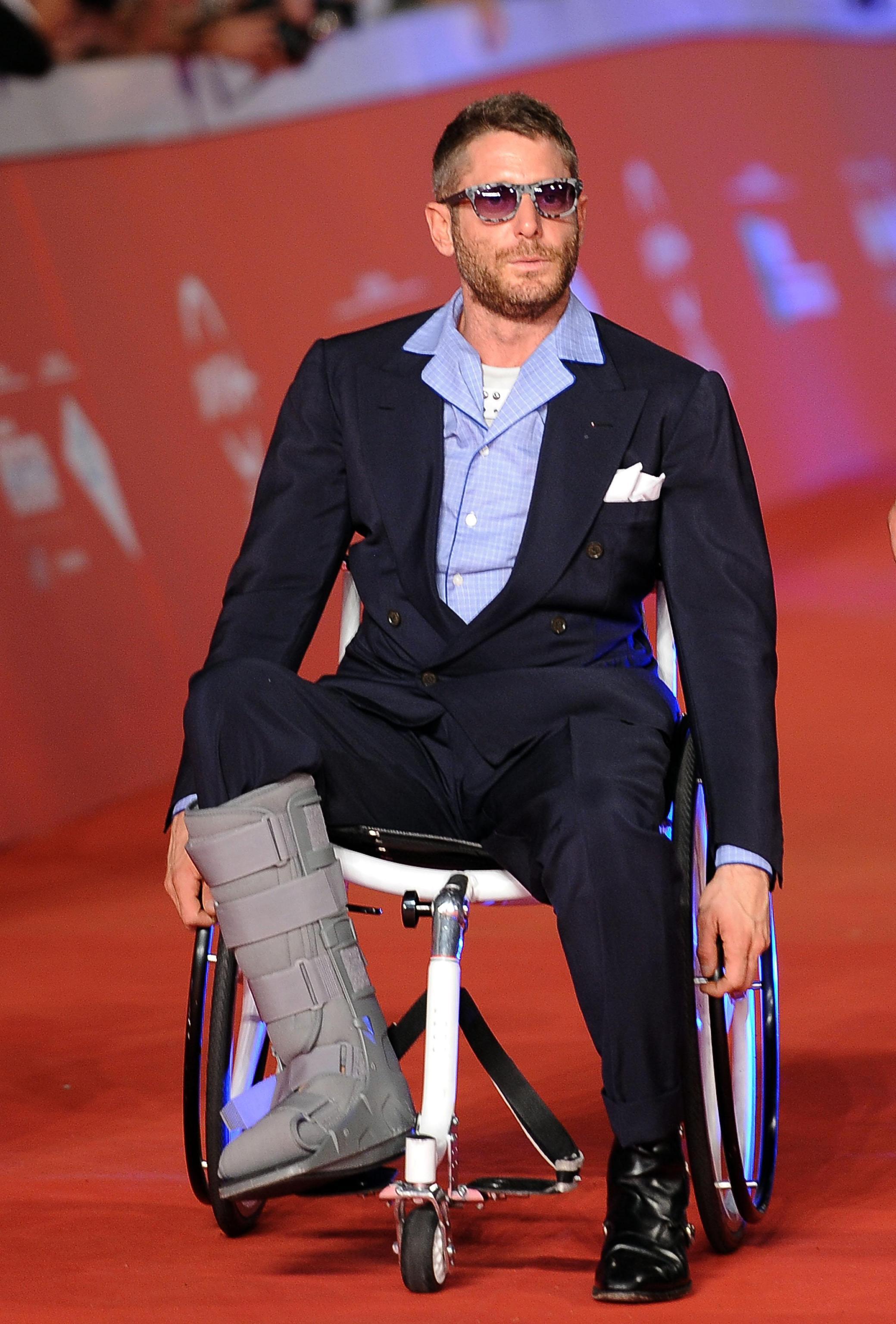 Lapo elkann incidentato sfila sul red carpet di roma con for Film sedia a rotelle