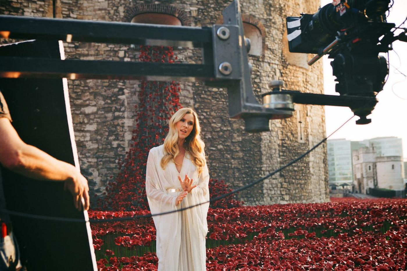 Joss stone tra i papaveri rossi canta il soldato caduto - Papaveri e veterani giorno di papaveri e veterani ...