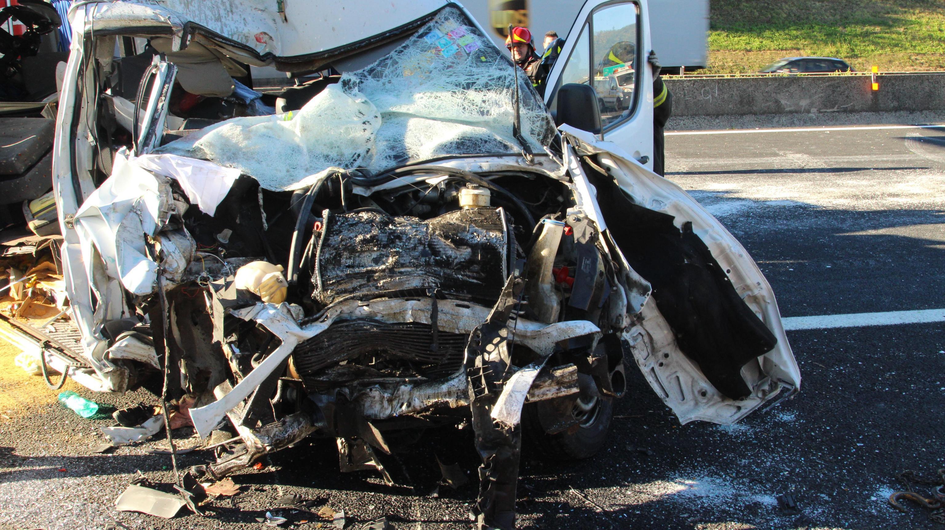 Le foto dell'incidente sull'A1: 6 morti e 8 feriti.