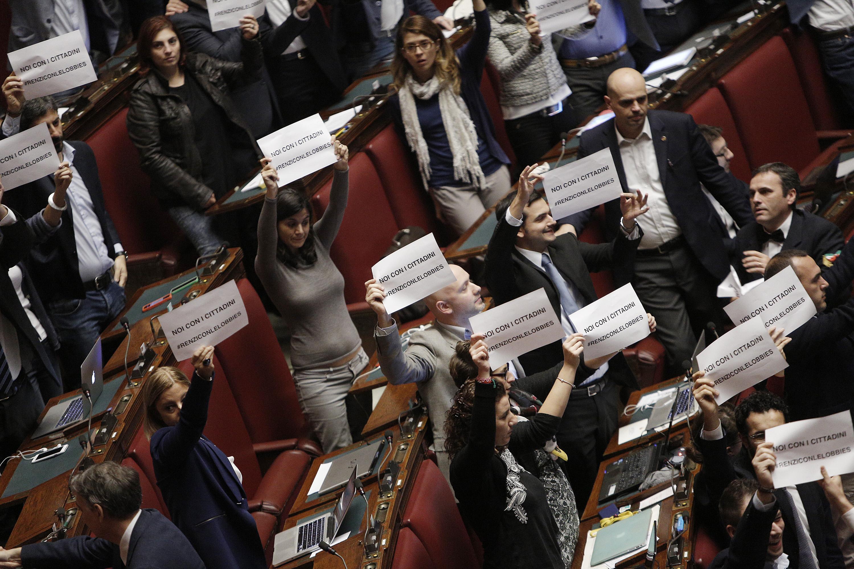 Stabilit cartelli m5s contro renzi sta con le lobby for Camera deputati live