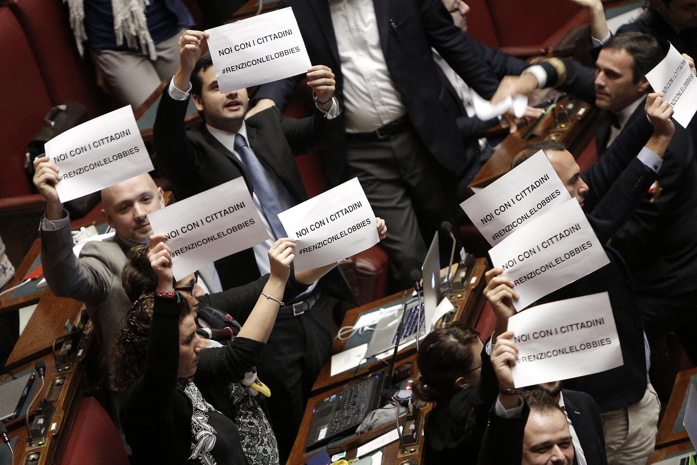Stabilit cartelli m5s contro renzi sta con le lobby for Tv camera deputati